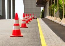 Cones da estrada alinhados na estrada Foto de Stock Royalty Free