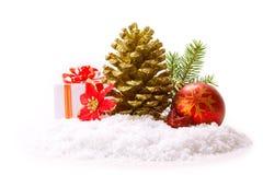 Cones de abeto e bola vermelha do Natal Fotografia de Stock Royalty Free