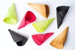 Cones de gelado coloridos isolados no branco Imagem de Stock