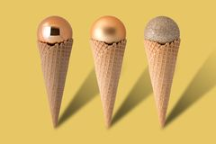Cones de gelado com bolas do Natal Fotos de Stock