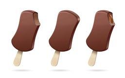 Cones de gelado da morango, do chocolate, da baunilha e do pistachio sobre o fundo branco Enchimento do chocolate ilustração stock