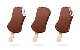 Cones de gelado da morango, do chocolate, da baunilha e do pistachio sobre o fundo branco Esmalte branco do chocolate ilustração do vetor