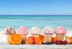 Cones de gelado da morango, do chocolate, da baunilha e do pistachio sobre o fundo branco fotos de stock royalty free