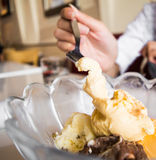 Cones de gelado da morango, do chocolate, da baunilha e do pistachio sobre o fundo branco Imagens de Stock Royalty Free