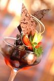 Cones de gelado da morango, do chocolate, da baunilha e do pistachio sobre o fundo branco Fotos de Stock