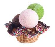 Cones de gelado da morango, do chocolate, da baunilha e do pistachio sobre o fundo branco Colher do gelado em um fundo Fotografia de Stock