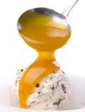 Cones de gelado da morango, do chocolate, da baunilha e do pistachio sobre o fundo branco Colher do gelado em um fundo Fotografia de Stock Royalty Free