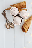 Cones de gelado de morango disparados de cima de Foto de Stock Royalty Free