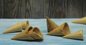 Cones de gelado, isolados na superfície de madeira azul Waffles para o gelado fotografia de stock royalty free