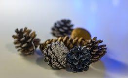 Cones do Natal na tabela branca imagens de stock