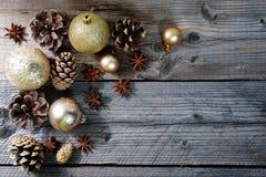 Cones do pinho com a decoração do Natal do ouro com espaço da cópia Imagens de Stock