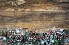 Cones do pinho da decoração da natureza do Natal e bolas do Natal Imagens de Stock Royalty Free