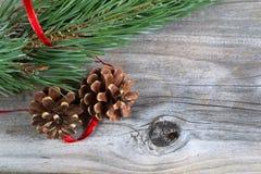 Cones do pinho do feriado na madeira imagens de stock royalty free