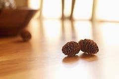 Cones do pinho na tabela Imagens de Stock Royalty Free