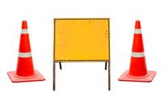 cones do tráfego com bandeira do sinal Fotografia de Stock