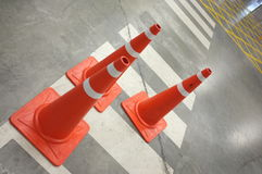 Cones do tráfego na faixa de travessia Foto de Stock Royalty Free
