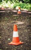 Cones do tráfego que definem a rota para correr através da madeira Foto de Stock