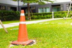 Cones do tráfego que estão na grama verde Imagem de Stock