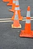 Cones do tráfego que obstruem a rua fotos de stock royalty free
