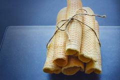 Cones do waffle do açúcar no fundo escuro Foto de Stock