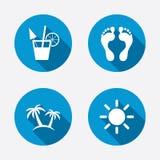 Ícones dos feriados da praia Cocktail, pegadas humanas Fotos de Stock Royalty Free