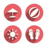 Ícones dos feriados da praia Guarda-chuva e sandálias Fotografia de Stock Royalty Free