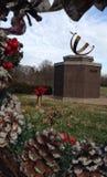 Cones e azevinho do pinho que quadro uma escultura Fotografia de Stock Royalty Free