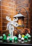 Cones e brinquedos do castiçal do metal na cornija de lareira Imagens de Stock Royalty Free