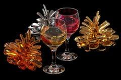 Cones e vinho coloridos do pinho Fotografia de Stock Royalty Free