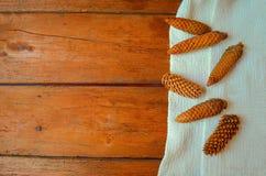 Cones em um fundo de madeira Imagens de Stock Royalty Free