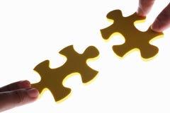 Conexão de duas partes do enigma do jigzaw imagens de stock