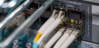 Conexão de fibra ótica no servidor do porto de rede da nuvem Fotografia de Stock Royalty Free