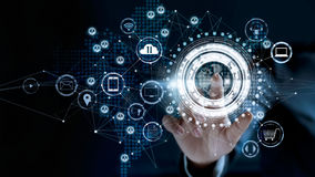 Conexão de rede global tocante do homem de negócios foto de stock