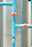 Conexão de tubulação do PVC com a válvula Fotografia de Stock Royalty Free