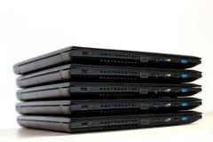 Conexão do computador Pilha dobrada de portáteis no fundo branco Imagem de Stock