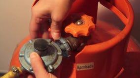 Conexão e desconexão da válvula de gás vídeos de arquivo