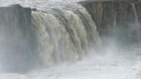 Conexão em cascata à superfície da àgua de aumentação da névoa abaixo de uma cachoeira filme