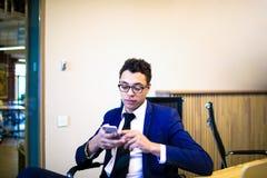Conexão masculina concentrada do advogado ao Internet através do telefone celular fotos de stock royalty free