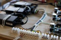 Conexões de um circuito que controle tiras do diodo emissor de luz em um interacti Fotos de Stock Royalty Free