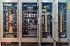 Conexión abierta de la placa de circuito o el panel eletrical en el edificio moderno foto de archivo
