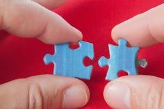 Conexión de dos rompecabezas. Fotografía de archivo