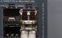 Conexión de fibra óptica en un servidor Imágenes de archivo libres de regalías