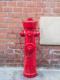 Conexión de la boca de incendios o de la boca de incendio para los bomberos en público Imagenes de archivo