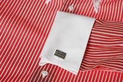 Conexión de pun¢o en la camisa roja de los hombres Imagen de archivo libre de regalías