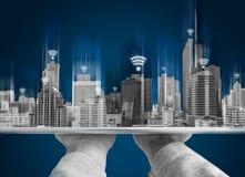 Conexión de red de Wifi y concepto elegante de la ciudad Dé sostener la tableta digital y la construcción del holograma con la mu foto de archivo libre de regalías