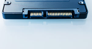 Conexión de SATA 6 del accionamiento de disco del SSD en backgrou tecnológico azul Fotos de archivo