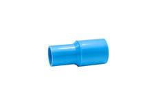 Conexión de tubo azul del pvc con la válvula aislada en blanco Foto de archivo