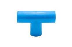Conexión de tubo azul del pvc con la válvula aislada en blanco Fotografía de archivo