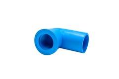 Conexión de tubo azul del pvc con la válvula aislada en blanco Imagenes de archivo
