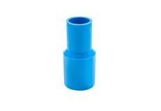 Conexión de tubo azul del pvc con la válvula aislada en blanco Foto de archivo libre de regalías